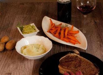 dunkel abgehangenes Fleisch mit Süßkartoffeln Sticks, Wabipüree und Guacamole