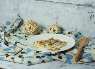 Flammkuchen mit Birne, Büffelmozarella und eingelegte Eierschwammerl