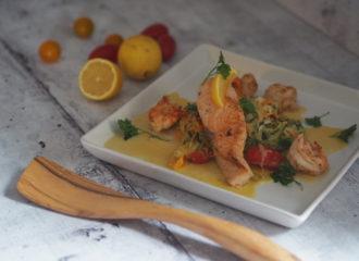Lachs mit Garnelen auf Zoodels und Weißweinsauce