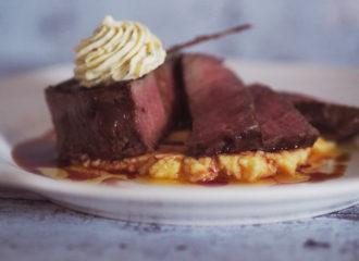 Steak auf Rahmpolenta mit Chili-Orangenbutter und Thymianreduktion