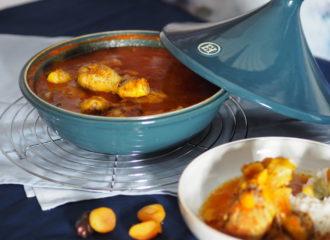 Hühnchen-Tajine Geschmorte Hühnerkeulen in Tomatensauce mit Datteln und Marille