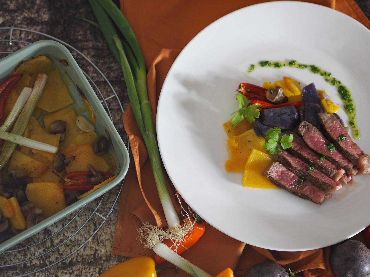 Steak mit Vitelotte Trüffelkartoffel Muskatkürbis Ofengemüse und grünem Salsa Pesto