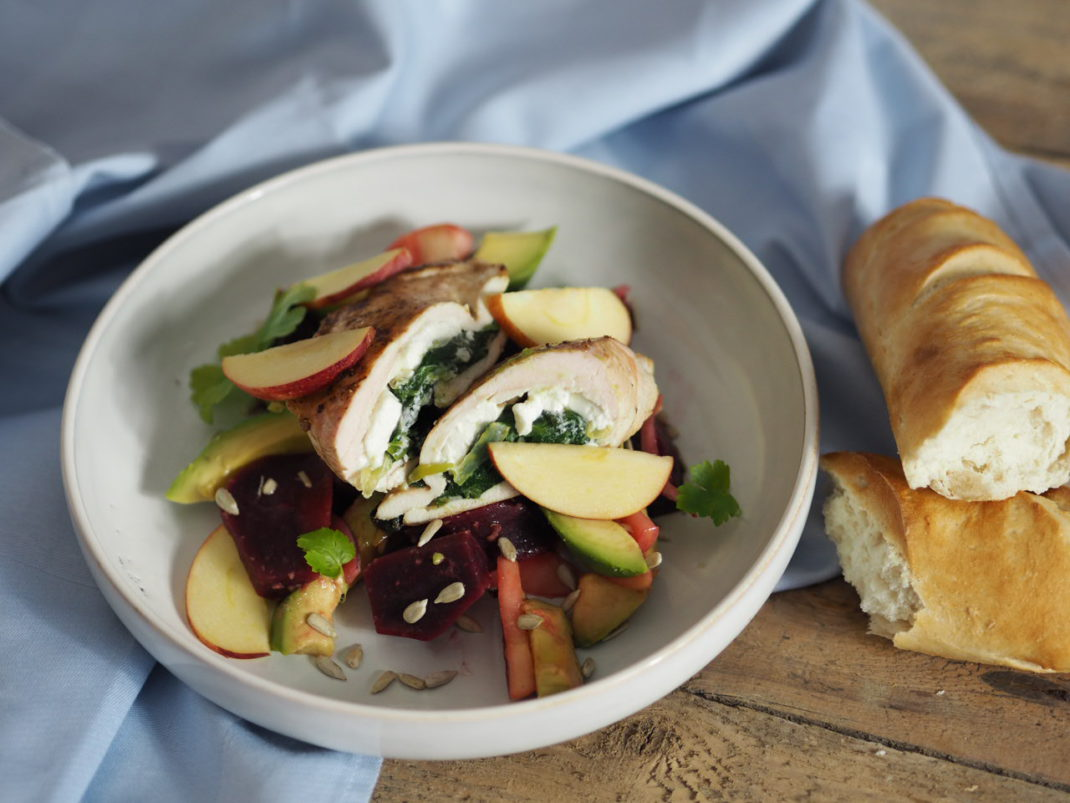 Wintersalat mit Roten Rüben Apfel Avocado und gefüllter Hendlbrust mit Spinat und Feta