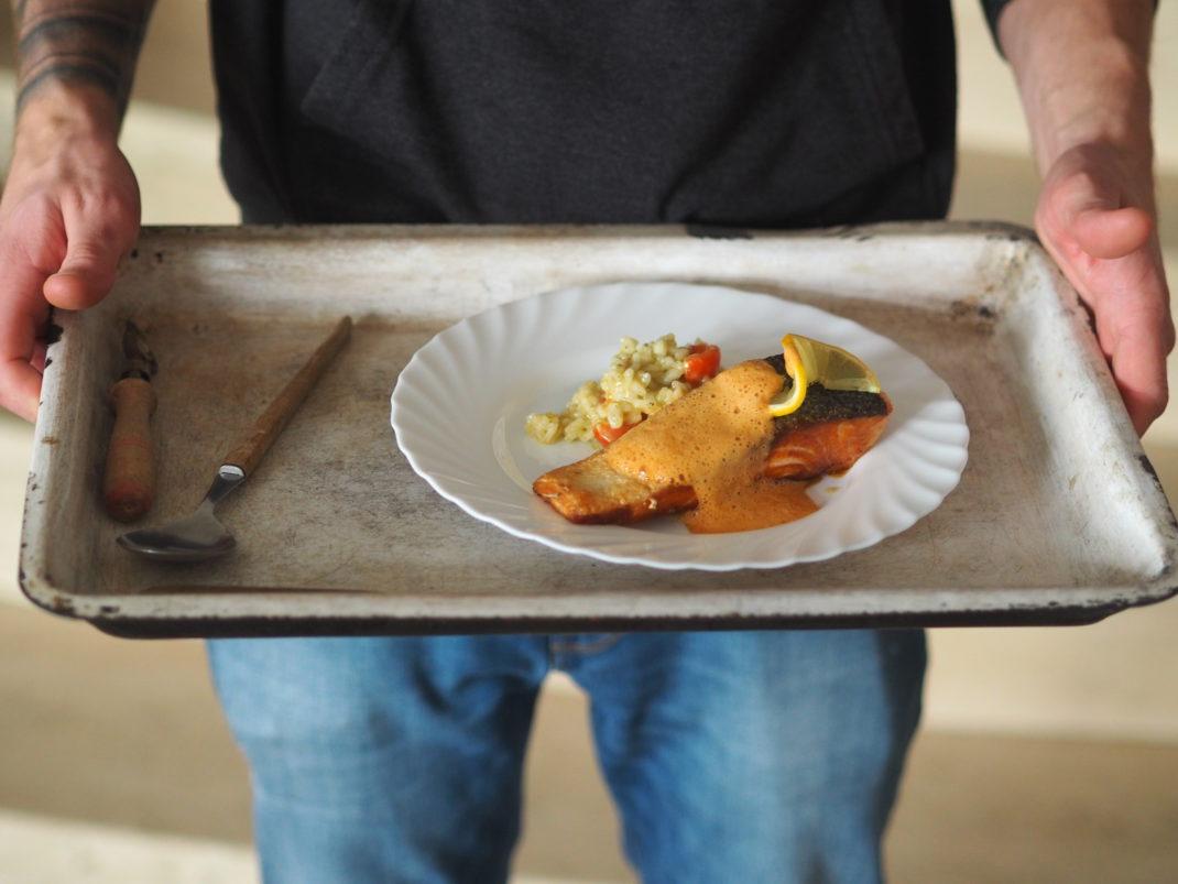 Lachsschnitte auf Tomate Basilikum Risotto mit Hummer Schaum