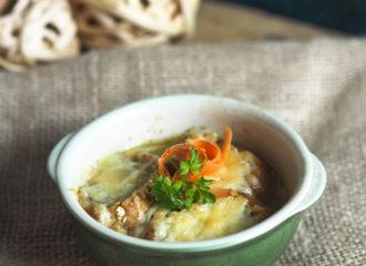 Französische-Zwiebelsuppe-mit-Baguette-Gruyere