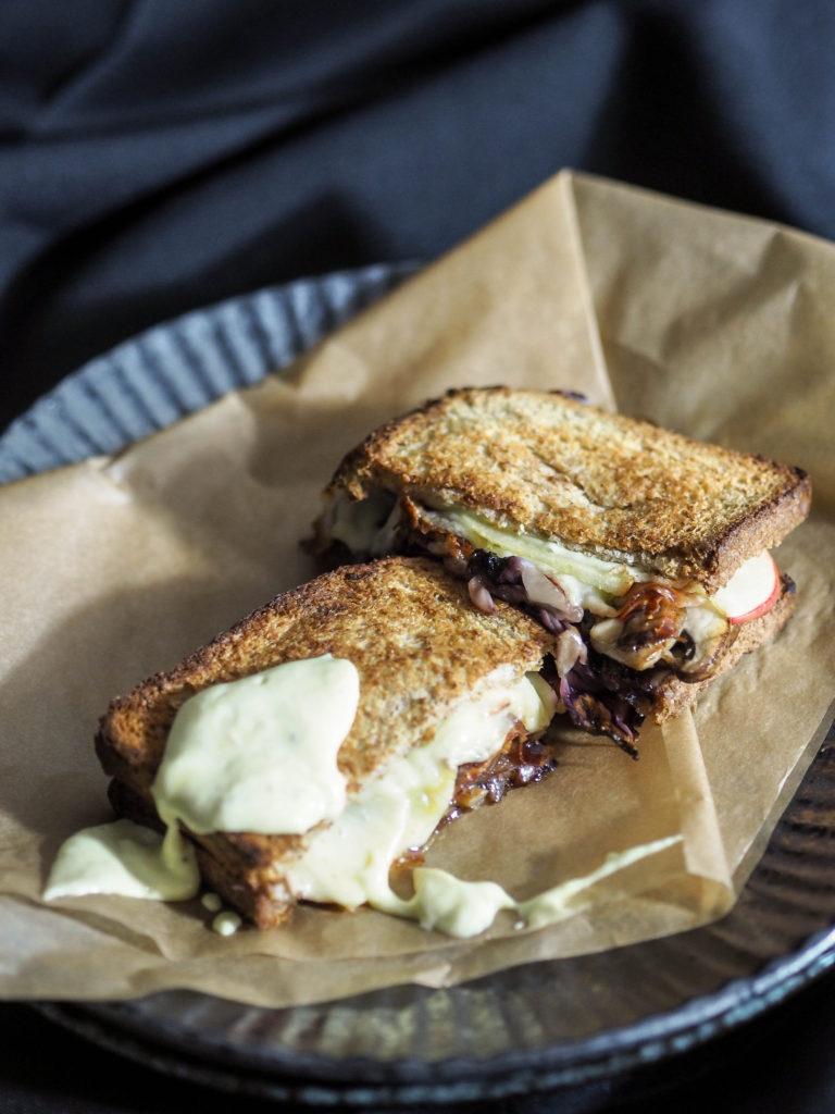 grilled-cheese-sandwich-apfel-raddichio-auf-orangen-senf-dip
