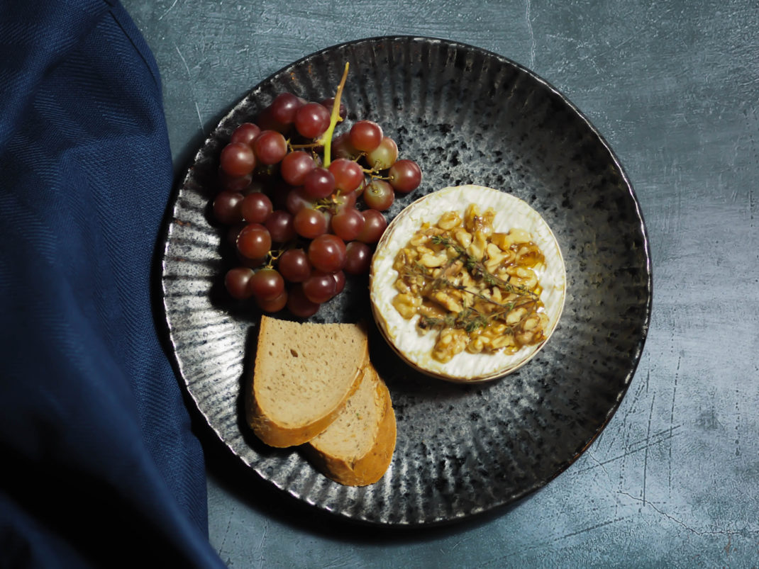 Ofen-Camembert-mit-Walnüssen-Honig-und-Thymian