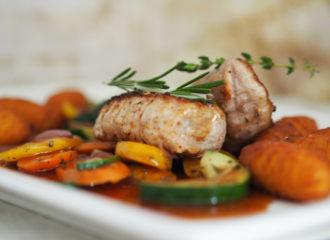 Schweinemedaillons-auf-Grillgemüse-mit-Kroketten-und-Rosmarinreduktio