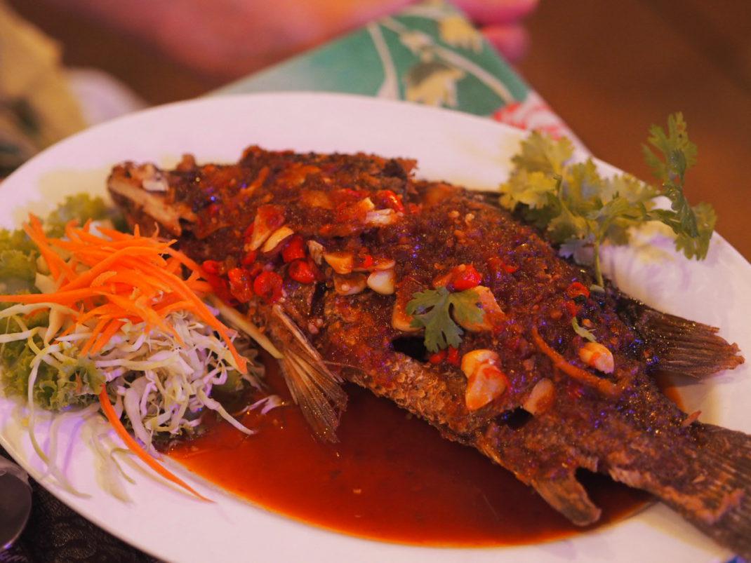 Thailändische-Küche-Frittierter-Red-Snapper-in-Chilisauce
