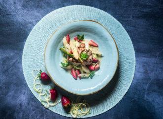 Zoodels-mit-Spargel-und-Erdbeeren-mit-Schweinemedaillons