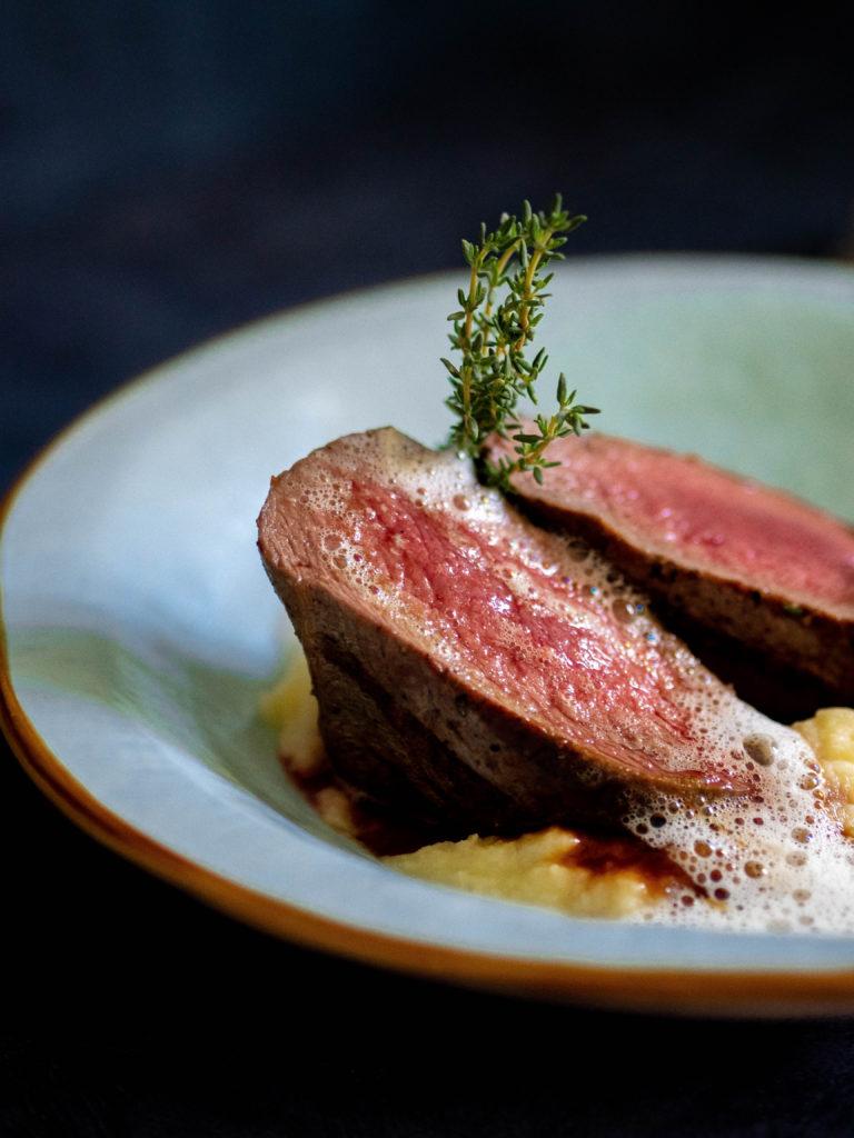 https://www.cookauvin.at/wp-content/uploads/2018/10/Hirschrücken-Steak-auf-Apfel-Sellerie-Püree.jpg