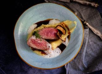 Hirschrücken-Steak-auf-Apfel-Sellerie-Püree