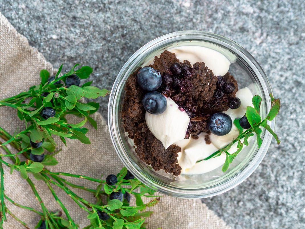 Gellnwirt-Kulinarik-im-Glas-Brownie-mit-Schwarzbeer-Rosmarin-Kompott